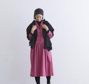 襟元のVゾーンの開きが女性らしい印象。ハイネックのプルオーバーもよく合います。