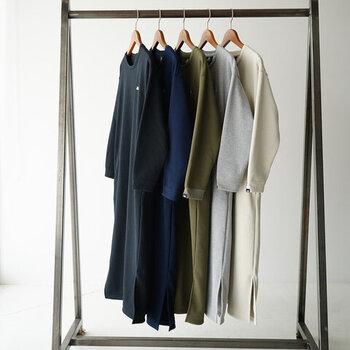 さまざまなコーデに馴染むベーシックなカラーバリエーションもうれしい。裾の両サイドにスリットが入っているから足さばきも良く、アクティブな一日にもおすすめです。