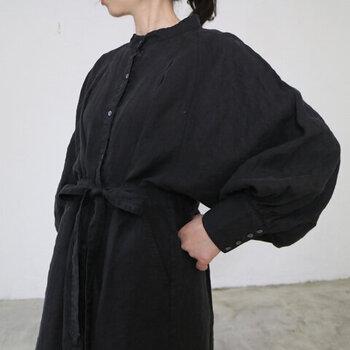 ボリューム感ある袖が旬な雰囲気。多めに並んだボタンがアクセントになり、袖口を印象的にしてくれます。