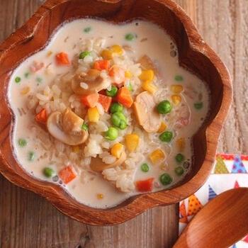リゾットは、時間がかかりそうと思われがちですが、さくっと時短で作れるお助けレシピの一つになります。冷凍のミックスベジタブルで野菜の彩りも加えられて、見た目も映える一品です。