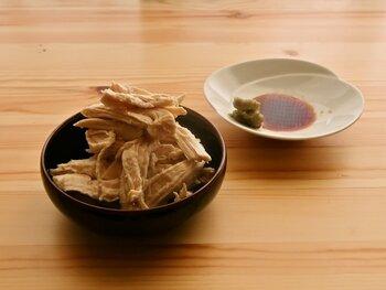 鶏の胸肉とお酒のみで作るヘルシーレシピ。そのまま食べてもよし、スープやカレーなどの具材として使用するのもよしな、鶏のおいしさをダイレクトに感じる一品です。
