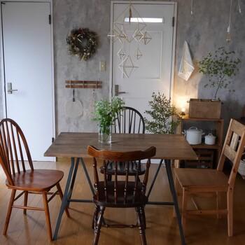 ムラのあるペイント壁にほとんど木製の家具。多めに配置されたグリーンも加わってシンプルですがあたたかさを感じます。椅子がどれも違う色味・デザインである点も田舎風の味がありますね。