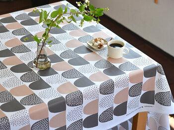 ☑綿 ☑撥水加工 ☑カット販売品  粉砂糖をモチーフにした、かわいらしい絵柄のテーブルクロス。ポップな雰囲気と落ち着いた色合いが、お部屋にすんなり溶け込んでくれそう。撥水加工なのでお手入れも簡単です。