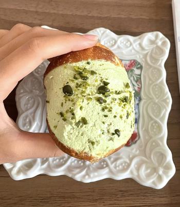 淡いグリーンの「ピスタッキオ」は、表面には刻んだピスタチオがたっぷり振りかけてあり、食感と香ばしさのアクセントがプラスされていますよ。