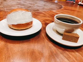 鎌倉の「CHOCOLATE BANK」のブリッオッシュな、発酵カカオバターと小麦粉をブレンドしていて、ケーキのようなリッチな味わいが特徴です。チョコレートは使っていませんが、カカオの香りがふわりと広がりクリームとの相性も抜群。  こちらの真っ白なマリトッツォは、「ホワイトコーヒー」。クリームに時間をかけて抽出したコーヒーが使用されているんですよ。