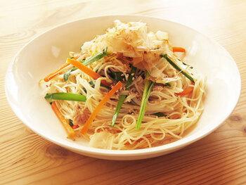 ちょっと余ってしまいがちな素麺も、野菜と一緒にさっと炒めて素麺チャンプルーにすればいつもと違った楽しみ方ができます。くっつきやすい素麺ですが、ツナ缶のオイルが素麺のベタつきを緩和してくれるそうです。