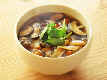 きのこ汁は美味しいだけでなく、マルチに活躍しそうな予感がする一品。蕎麦やうどんなどの麺類と合わせたり、お米と一緒に雑炊にしても相性が良さそうですね。  きのこは低カロリーで、罪悪感なく食べられるところも良い点です。