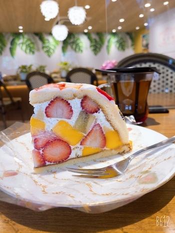 都内や神奈川に数店ある「果実園」。フルーツパフェやフルーツサンドと並んで人気なのが「ズコット」です。  こちらの「ミックスズコット」は、季節によって異なる果物がぎっしり。赤や黄色、緑などまるで宝石箱を開けたようなカラフルさに目を奪われます。