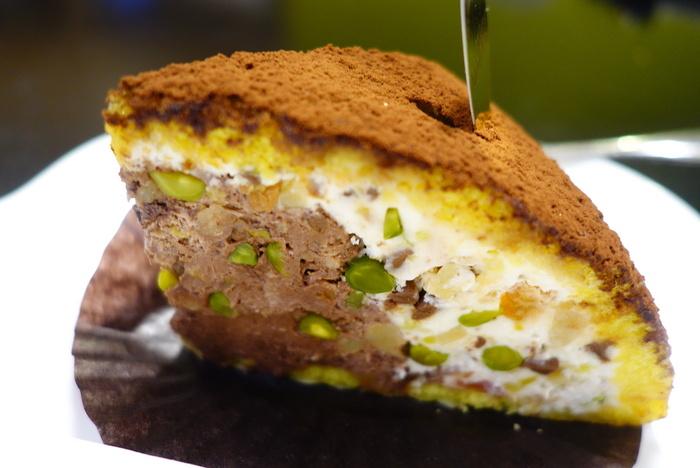 イタリア菓子の専門店「ラトリエ モトゾー」のズコットは大人好みのスイーツ。リコッタチーズ入りのクリームにナッツやオレンジピールの風味や食感がアクセントになっています。スポンジケーキにはリキュールが染みていて、さっぱりとしつつも芳醇な味わい。甘いものが苦手な方でも食べやすく、コーヒーだけでなくお酒と一緒にいただくのもおすすめですよ。