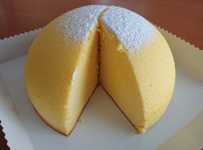 チーズ好きの方におすすめなのが、「ガトー・プーリア」のズコット。元祖チーズズコットのお店として人気があり、1日数回焼き上がるタイミングで訪れるファンも多いんですよ。口に入れた瞬間にシュワシュワと溶けるようなチーズスフレケーキをベースに、チーズやバターが濃厚な「プレミアムズコット」、チョコレートとマスカルポーネチーズを合わせた冬季限定の「ショコラズコット」など、どれも絶品と評判ですよ。