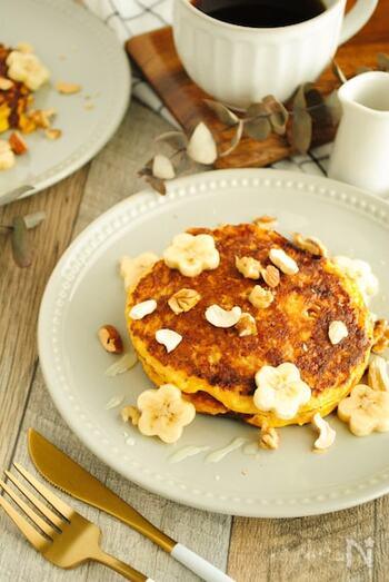 食物繊維がたっぷりのオートミールも、時短でパンケーキに大変身しちゃいます。ナッツやバナナ以外にも、お好みの果物やクリームチーズなども相性が良さそうですね。