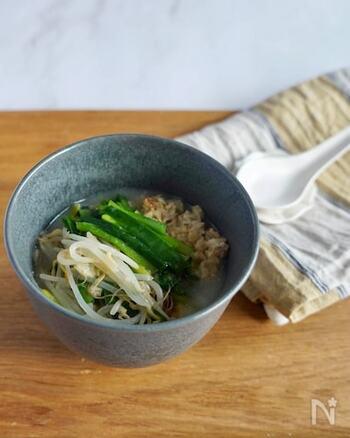 難しい下ごしらえも必要もなく、野菜と一緒にオートミールを火に通すだけで完成する中華粥。スープをたっぷり含んだオートミールが、ヘルシーなのにお腹にしっかりたまります。