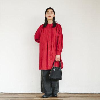 赤の長袖チュニックに、黒のワイドパンツを合わせたちょっぴりモードな着こなし。バッグや靴も黒で揃えて、シックな印象に仕上げています。目を惹く赤トップスを主役に、黒のパンツ&小物で落ち着き感を演出。