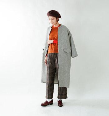 チェックのボトムス、白いソックスと合わせてトラッドに。ベレー帽の少年っぽさとも合いますね。ローファーの元祖と言われるモデルであるため、カジュアルな恰好でも気品を漂わせることができますよ。
