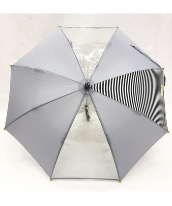 透明窓が2か所ついたシックな子供用傘です。45cmと50cmの2サイズ展開。1コマ、ボーダーになっているところがとてもおしゃれですね。実は、水に濡れると柄が浮き出るという不思議な傘なんです。濡れたところが乾くと、柄はまた消えます。傘が乾いたかどうかの目安にもなります。  グレー、ブルー、ピンクの3色展開。男の子も女の子も持てるユニセックスデザインが素敵です。