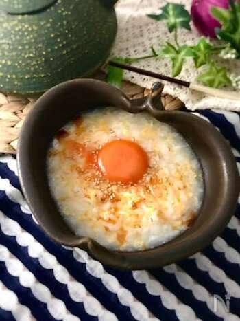中華風のだしで作った卵のお粥に、さらに卵をトッピング。余った冷やご飯の活用もできるので、忙しい朝の一品にいかがでしょうか。