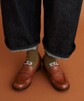 ローファーのルーツの1つは、英国王室や貴族階級の室内靴として作られた靴と言われています。利便性とデザインの良さから外履き用として一般にも流行。シューレースがなく気軽に履けることから、デニムや崩したジャケットスタイルなどと合わせてカジュアルに用いられます。