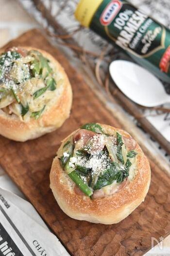中身をくりぬいた石窯パンの中に、野菜メインのクリームソースを入れて贅沢なグラタンパンに。くりぬいたパンも、ソースの中に混ぜて入れるので、無駄がなく食べられるのも良いところです。