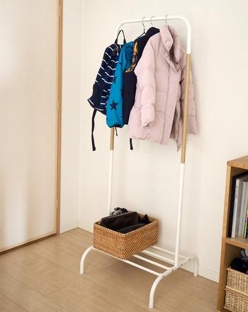 コンパクトサイズのシンプルなハンガーラック。サイズも見た目も、置く場所を選びません。掛けた服がすべり落ちないためのストッパーや、棚部分のすべりにくい加工など、使いやすい工夫も充実しています。