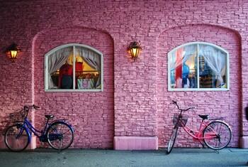 中崎町は、古民家や長屋を改装した雑貨店やギャラリー、飲食店などが集まるおしゃれスポットとして、近年注目を集めています。雰囲気ある街並みを眺めながらぶらぶら歩いているだけで、毎日あなたの感性に触れる何かが見つかるかも。気軽にオシャレなカフェで休日を楽しんだり、飲み歩きで疲れを取ったりすることもできます。