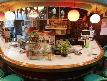 城東商店街にあり、一見昔ながらの駄菓子屋さんにも見える、白泉堂。しかし店内を奥へ進んでいくと、昭和時代からタイムスリップしてきたかのようなカウンター席が現れます。コーヒーやイカ焼き、パフェなどをリーズナブルに楽しむことができる、隠れ家的お店です。