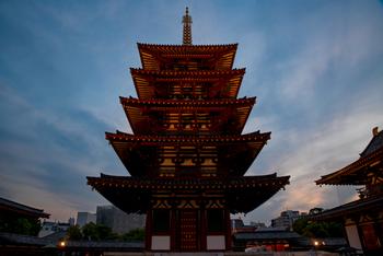 四天王寺は、593年に聖徳太子が建立したとされる寺院です。飛鳥時代の様式をそのまま再現している、五重塔などの建物が見どころ。ゆったりと広い敷地を歩きながら、日常の忙しさを忘れて、悠久の時に想いを馳せることができるスポットです。