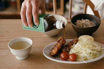 ウスターソースに比べてとろみがあるので、とろっとしたソースがお好みの方におすすめ。酸味と甘みのバランスが良く、さまざまなお料理にかけて使えます。
