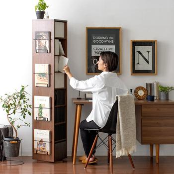 読書が好きな方は、本棚を設置するのがおすすめ。自由度の高いシェルフと比べると、使い方は限定されてしまいますが、本専用の収納家具だからこそ、たくさん入って取り出しやすいのというのがメリットです。好きな雑誌をディスプレイできるタイプは、インテリアを楽しみたい人にもピッタリですね。