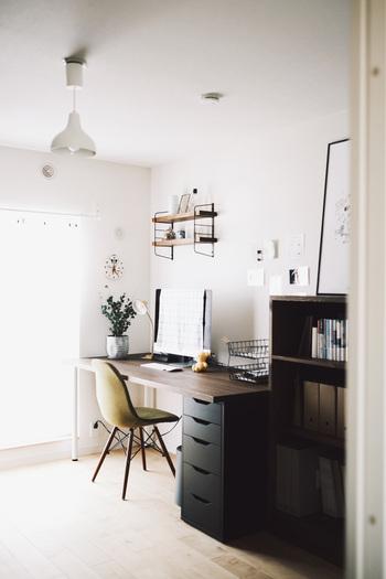 デスク周りに好きなものを飾って癒やしのスペースにしたい!という方は、小さめの飾り棚を取り付けてみてもいいかもしれません。先ほどの大きな棚と比較すると、白い壁が見えている分、全体的にスッキリとした印象を保っていますね。  収納スペースを大きく増やすことはできないので、引き出しやシェルフを使って上手に収納するのが、作業スペースを快適に保つコツです。