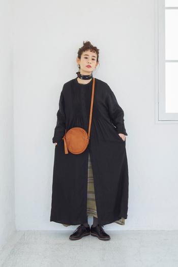 コーデのアクセントとして、一つは持っておきたいアイコニックなサークルバッグ。縫製してから染色する製品染めを行うことで、程よいシワ感や色ムラが表現された風合いのあるアイテムです。使い込まれたヴィンテージのような佇まい。ダークトーンなアウターにも映えること間違いなしです。