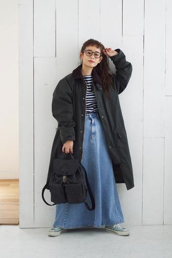 大人のカジュアルコーデに程よい上品さをプラスしてくれる、レトロな雰囲気漂うレザーバッグ。しっかりマチのある立体的なフォルムで、前面に施されたポケットが特徴的なデザインです。柔らかく程よいシボ感のある牛革を使用。コロンとしたフォルムは、小柄な女性でもしっくりきます。