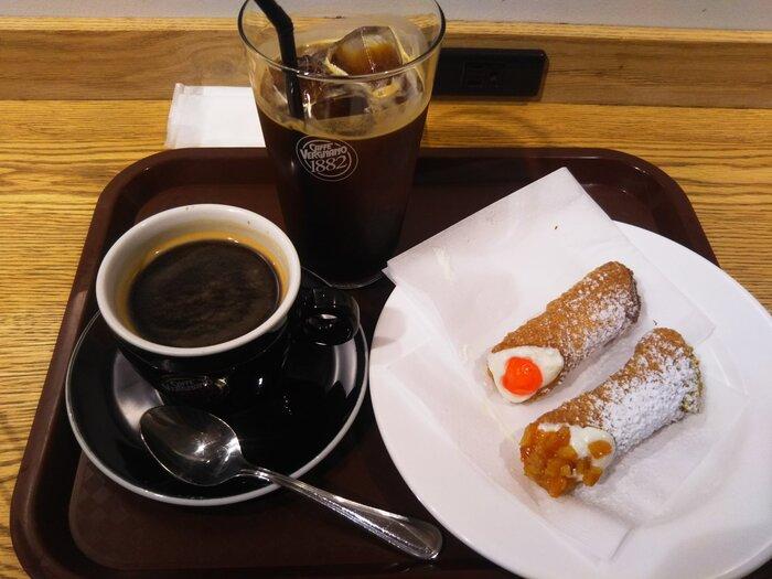 トッピングは、ピスタチオやオレンジピールなど5種。ちょっと甘いものがほしいときにぴったりのサイズ感です。濃いめのコーヒーと一緒にいかがですか?