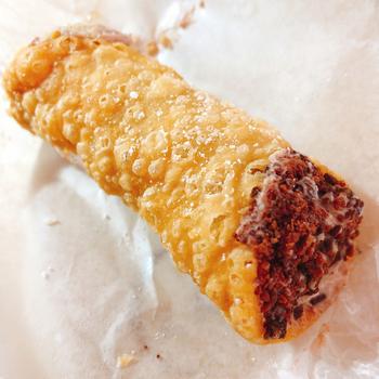 東京駅グランスタ内のイタリアンマーケット「イータリー」の一角にあるカンノーリバーでは、オーダーを受けてから作るため、できたてサクサクが楽しめます。中に詰めるクリームは、チョコレートとリコッタチーズクリームからセレクト可能。