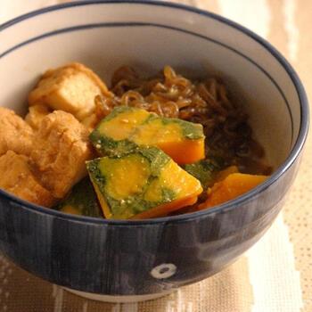 肉じゃがの残り汁はそのまま煮物に活用してもGOOD。煮汁を使えば出汁を入れなくても美味しい煮物が作れますよ。レシピではかぼちゃ使っていますが、お好きな野菜でアレンジするのもOK。しょうがと味噌でコクや風味をプラスして♪