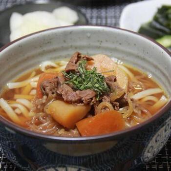 具も煮汁も活用できる肉じゃがうどん。甘辛い味付けの肉じゃがは、煮汁を昆布出汁でのばずだけで美味しいお出汁になります。具もたっぷりで大満足の一品に♪