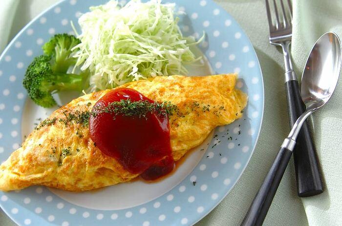 余った肉じゃがをふんわり卵に包んでオムレツにアレンジ♪忙しい朝の朝食にもぴったりです。