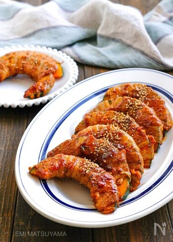 見た目にもインパクトのある豚巻きかぼちゃ。軽く煮込むのでかぼちゃにもしっかり火が通ります。オイスターソースがアクセントのソースはごはんとの相性もピッタリです。