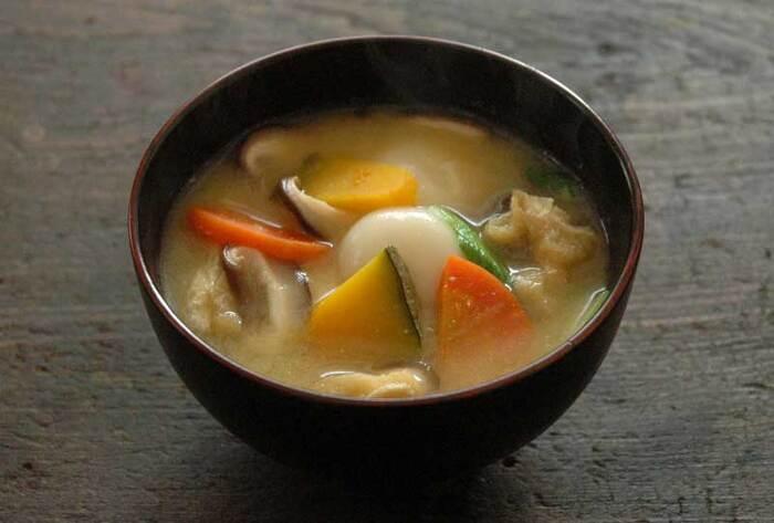 山梨名物「ほうとう」をみそ汁にアレンジ。ほうとうはたくさんの野菜が食べられますが、なかでもかぼちゃは欠かせません。白玉をゆでうどんや餅に変えても◎。