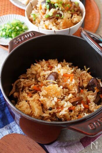 濃いめの味がついているから、おかず要らずの炊き込みご飯。しめじや舞茸、しいたけなどが入っています。うるち米の代わりに玄米で炊いても◎