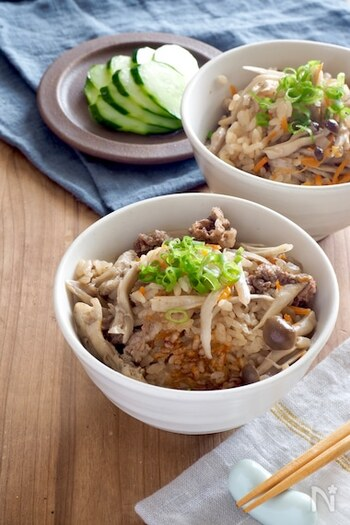 こま切れの牛肉を使った炊き込みご飯は、ちょっと珍しいかもしれません。具だくさんで、満足感たっぷりなレシピです。