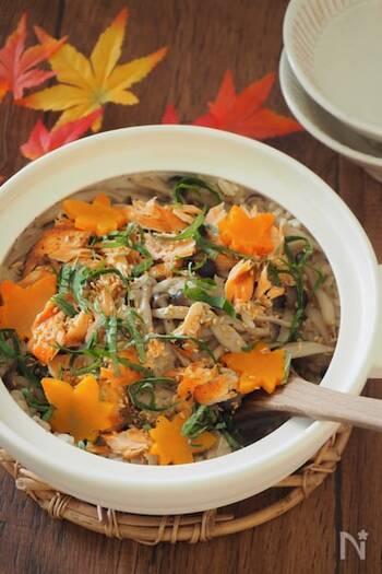 生鮭を贅沢に使った風味豊かな秋の炊き込みご飯。香ばしさが引き立つから、土鍋で炊くのもおすすめです。