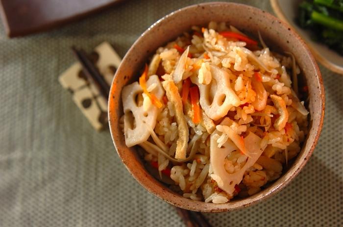 ごぼうにニンジン、レンコンと、根菜たっぷりの炊き込みご飯。ごま油の香りが食欲をそそります!
