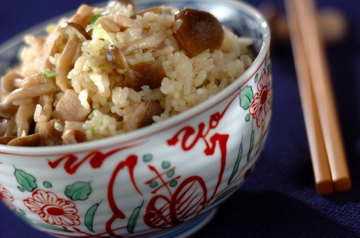 豚バラ肉の旨味に、黒コショウの刺激がおいしい炊き込みご飯。仕上げにたっぷり混ぜ込むネギが、味のポイントになっています。