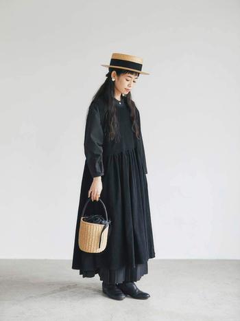 黒のマキシワンピに黒のブーツ。かっこよさと女性らしさが共存する大人コーデ。形の違うワンピの技ありレイヤードを、シンプルな形のサイドゴアブーツが引き立てます。軽さが欲しい時は小物で明るいカラーをプラスして。