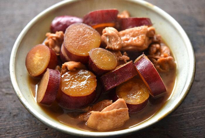 ほっこりやさしい♪鶏肉とさつまいもの煮物です。煮物にすることで鶏肉のうま味が加わり、さつまいものおいしさもアップ!辛いのが好きな方は輪切り唐辛子を加えてもOK。甘辛味でお弁当にもピッタリですよ。