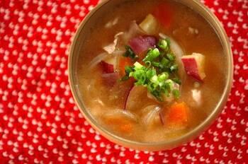 ホッとする味わいで体も温まる♪ゴロゴロ野菜の入った具だくさんの豚汁です。野菜のうま味が溶け込んだスープが堪能できます。さつまいもの甘みと豚肉のコクがマッチした食べ応えのある一杯をぜひ楽しんでみてはいかが。