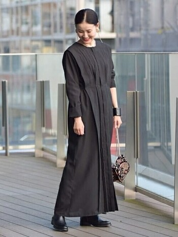 黒のロングブーツと黒のワンピースのすらりワントーンコーデ。スカートに隠れているので一見ショートブーツと変わりないですが、歩いたり座った時に裾から見える足の印象と暖かさが変わってきますよ。是非お試しあれ。