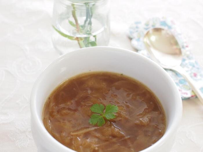 玉ねぎをたっぷり使ったスープレシピ。とろとろにとろけた玉ねぎが、アボカドとの相性抜群♪