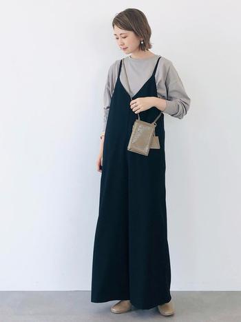 ネイビーとベージュ・グレーのコントラストが美しいコーデ。ブーツは黒でも無難ですが、ベージュであればよりネイビーを引き立て、トップスやバッグとの統一感も出てよりバランスのいいスタイルに。