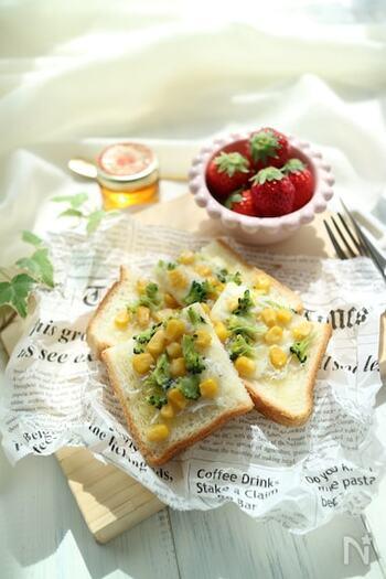 しらすとコーンのトーストはいろどりもよく、子供が大好きなコーンがのったおすすめのレシピ。こっているように見えますが、具を乗せて焼くだけなので簡単です。しらすのカルシウムで栄養も満点♪